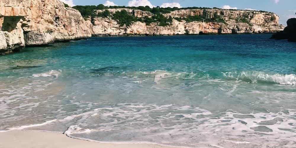Cala Presili, una playa con un paisaje espectacular de Menorca