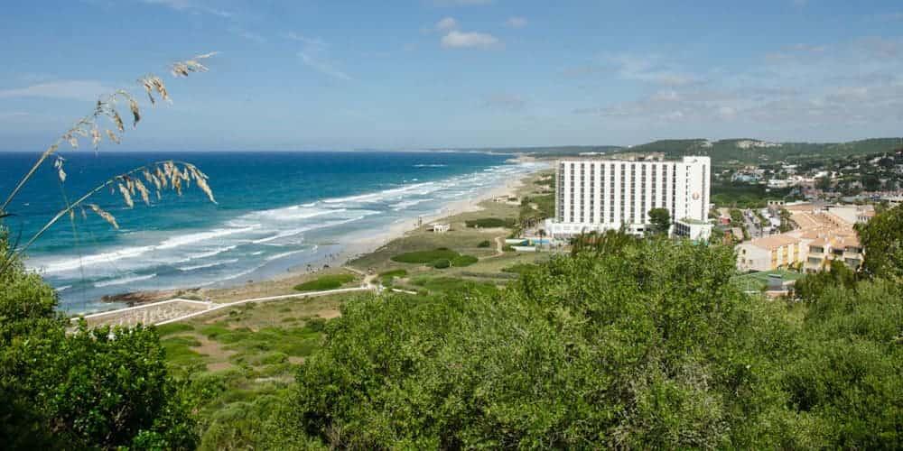 Playa Son Bou, la playa más larga de Menorca, catalogada como una de las mejores
