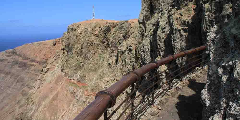 El risco de Famara sobre el que se asienta el Mirador del Río.