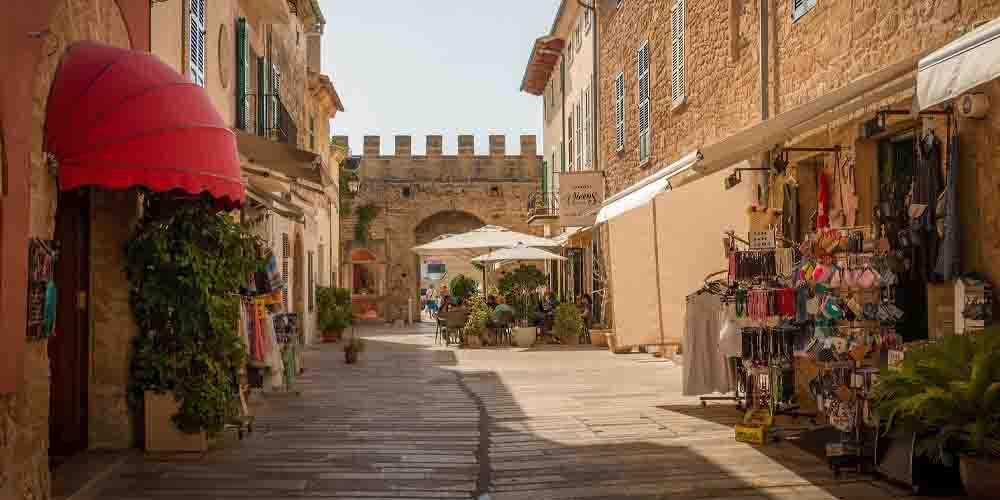 El casco histórico del pueblo de Alcúdia en Mallorca.