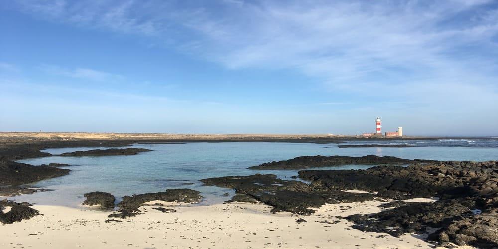 Junto a grandes playas se encuentra el faro del tostón