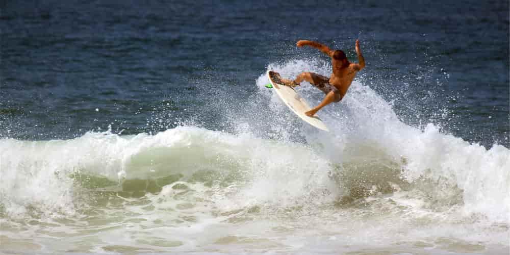 El surf es uno de los deportes que practicar en la ciudad