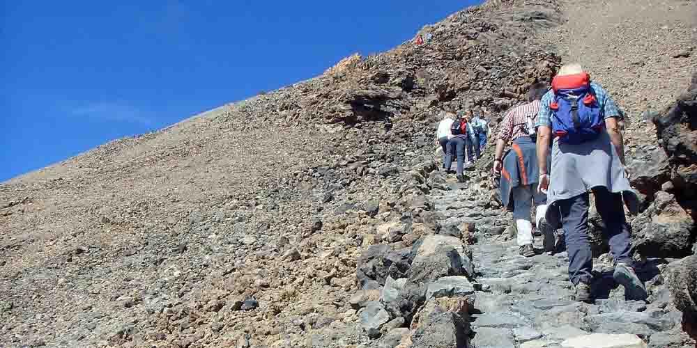 Rutas para subir al Teide andando. Personas haciendo senderismo en el Teide.