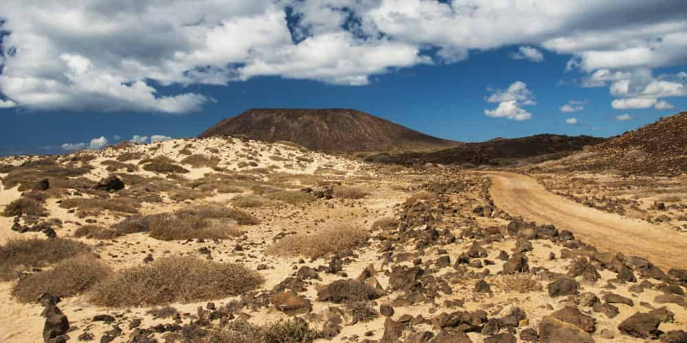 El senderismo es una de las actividades que puedes elegir al visitar la Isla de Lobos