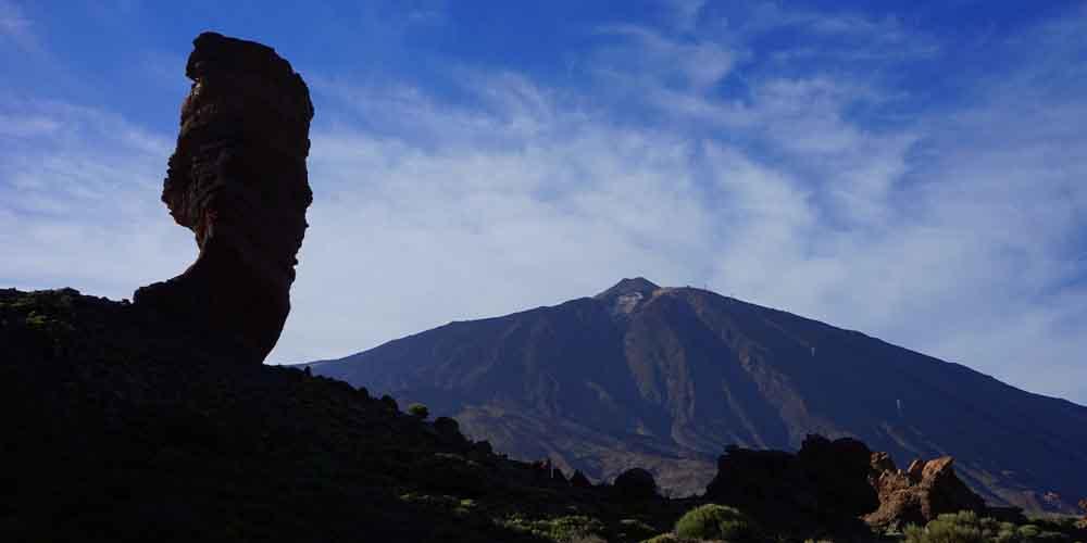 El Roque Cinchado en las Cañadas del Teide con el volcán al fondo.