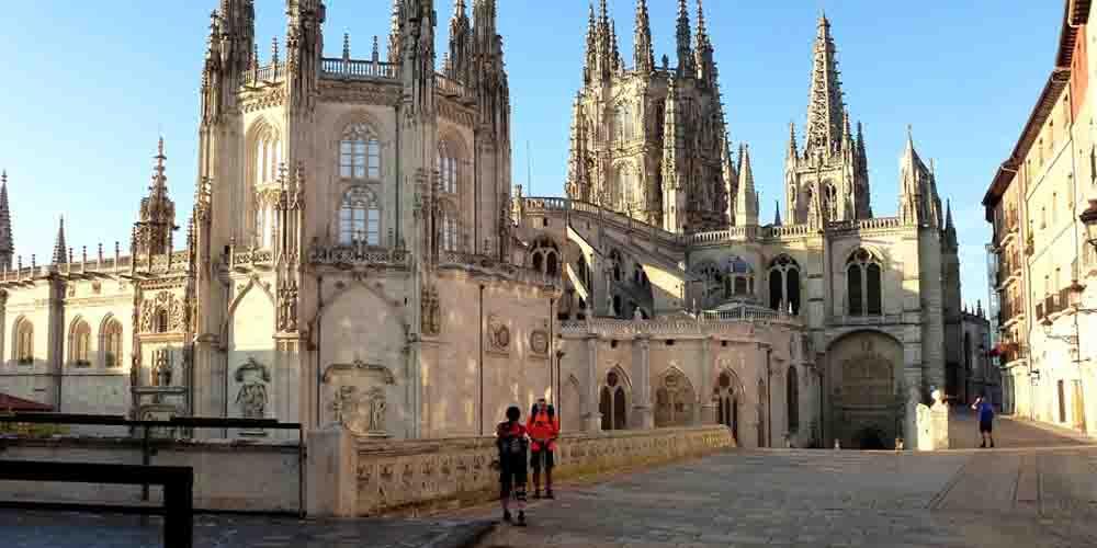 Peregrinos llegando a la Catedral de Santiago de Compostela.