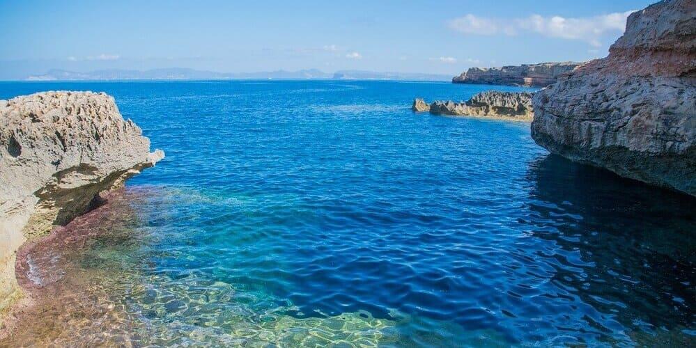 Una de las mejores zonas donde dormir en Formentera es Cala Saona
