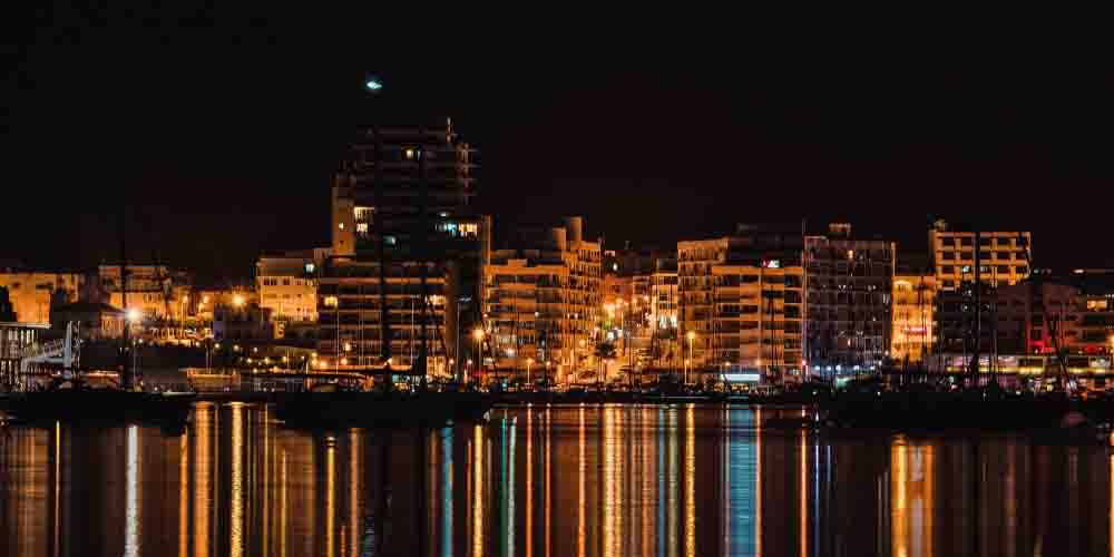 Ambiente nocturno en el puerto de la Vila, capital de Ibiza.