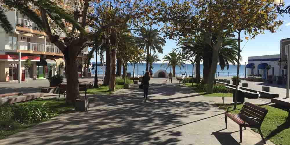 Parque en el paseo marítimo de Santa Eulalia con algunos bares y tiendas.