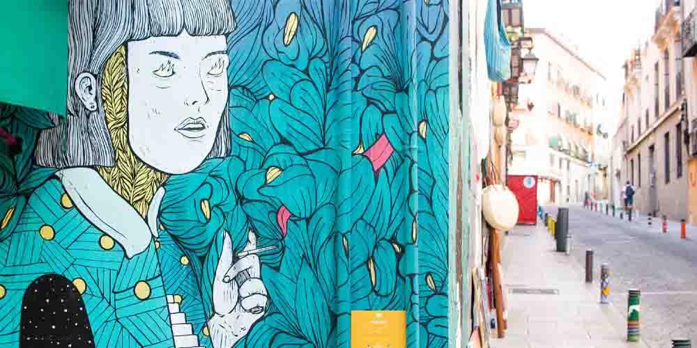 Arte callejero en el barrio de Lavapies, donde dormir barato en Madrid.