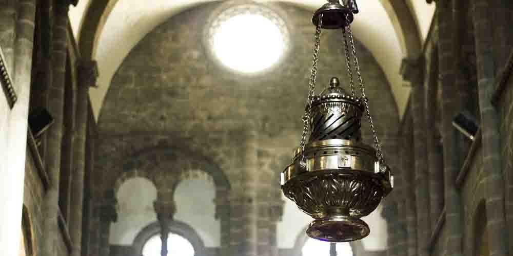 El botafumeiro que cuelga de la cubierta en la Catedral de Santiago de Compostela.
