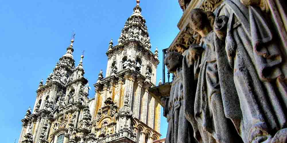 El itinerario del free tour por Santiago de Compostela pasa por delante de la fachada de la Catedral de Santiago.