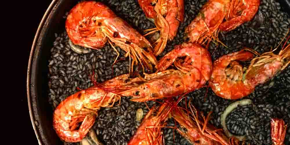 Plato de arroz negro con marisco en RAO Restaurant de Barcelona.