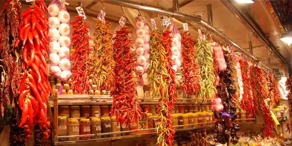 El mercado de La Boquería de Barcelona donde encontrar productos frescos, además de comer bien y barato en sus puestos de comida.
