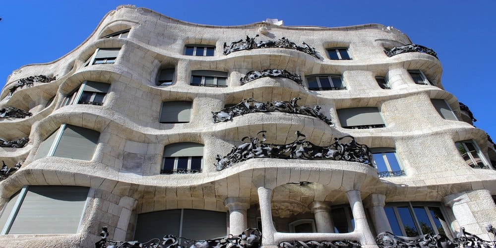 Uno de los monumentos en Barcelona creados por Gaudí, la Casa Milá
