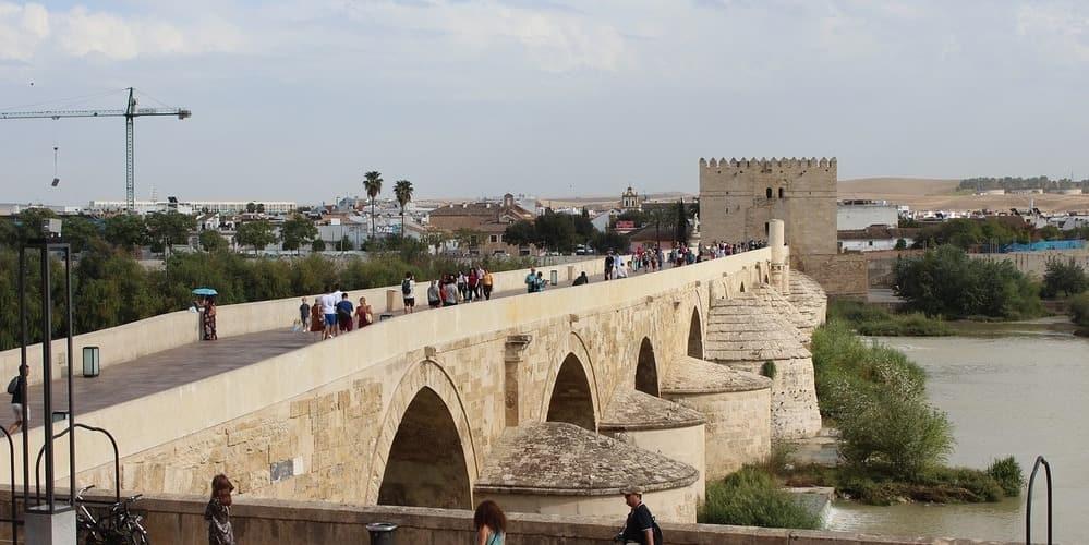 El puente romano es uno de los monumentos imprescindibles que no puedes perderte de tu viaje a la ciudad cordobesa