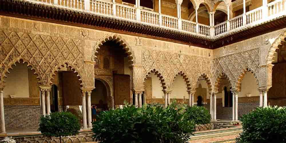 El Patio de las Doncellas en el Alcázar de Sevilla.