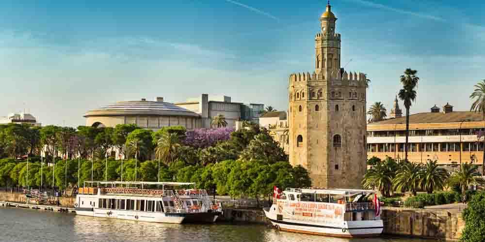 La Torre del Oro a orillas del Canal de Alfonso XIII.
