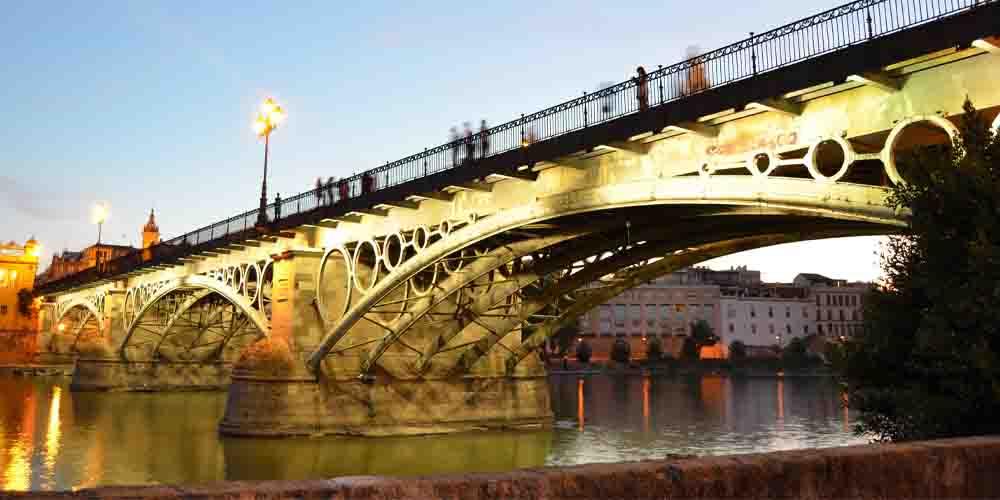 El Puente de Isabel II que da acceso al barrio de Triana.