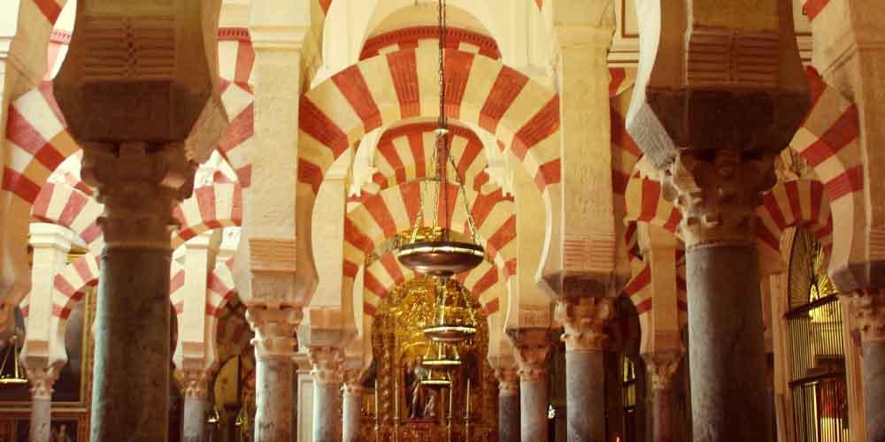 Los famosos arcos que puedes ver en la Mezquita de Córdoba.