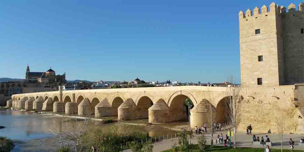 El Puente Romano y la Torre de Calahorra sobre el río Guadalquivir.