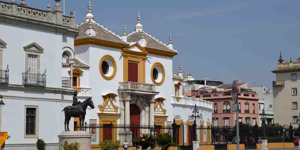 Fachada de la Plaza de Toros en una ruta por Sevilla de 1 día.
