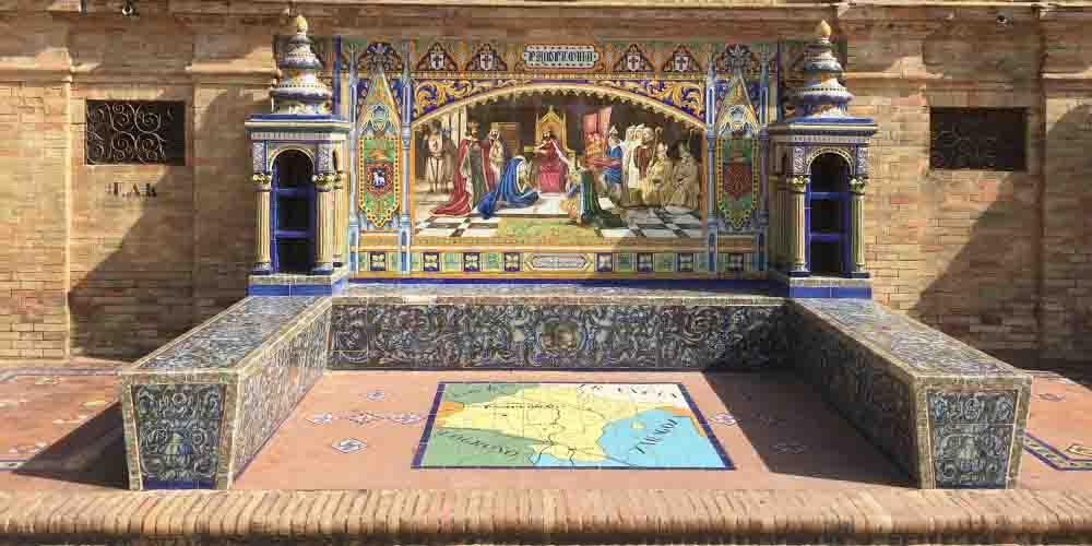 Un azulejo que se puede ver en la Plaza España de Sevilla en un día.