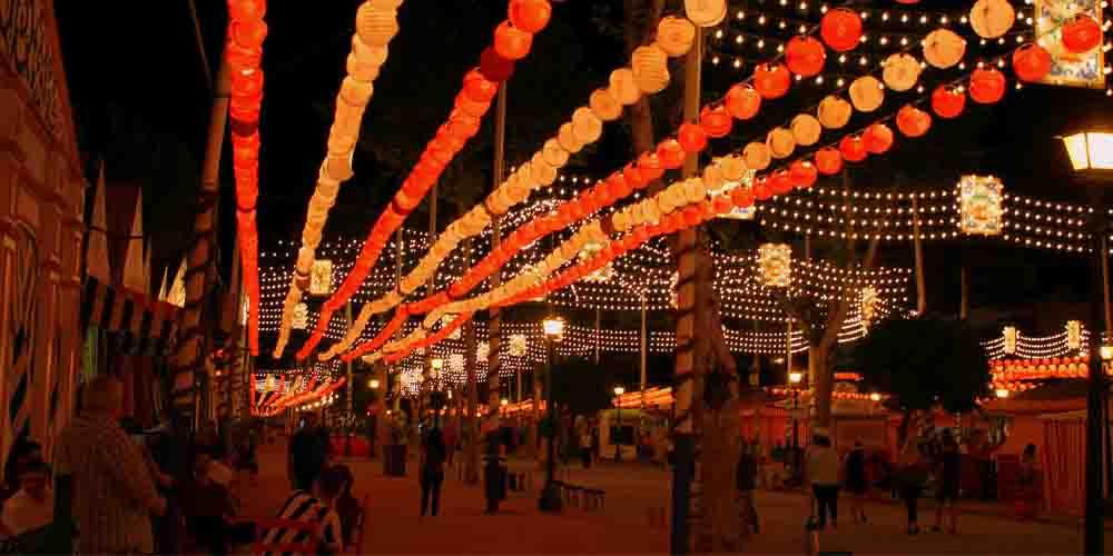 Mercadillo navideño alumbrado con luces de Navidad en Sevilla.