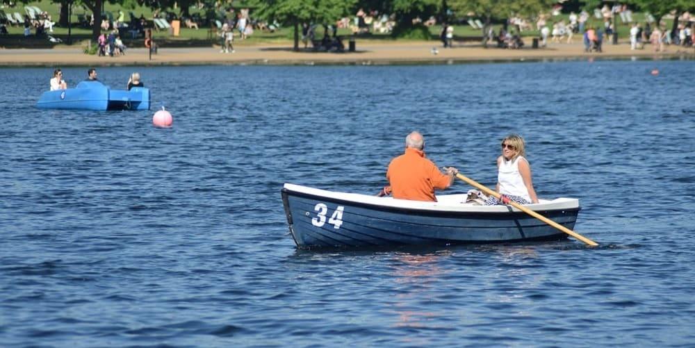 Pareja en un bote de remos en el lago Serpentine del Hyde Park