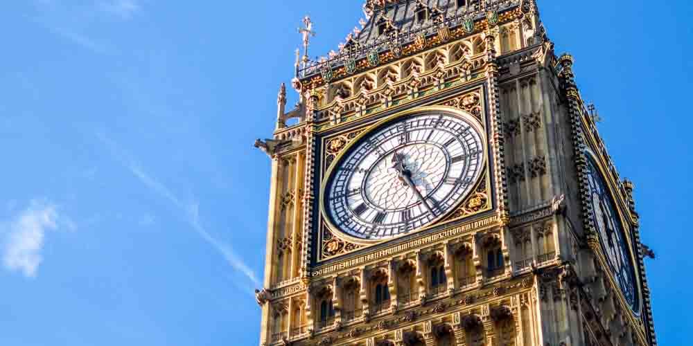 El reloj del campanario en el Palacio de Westminster.