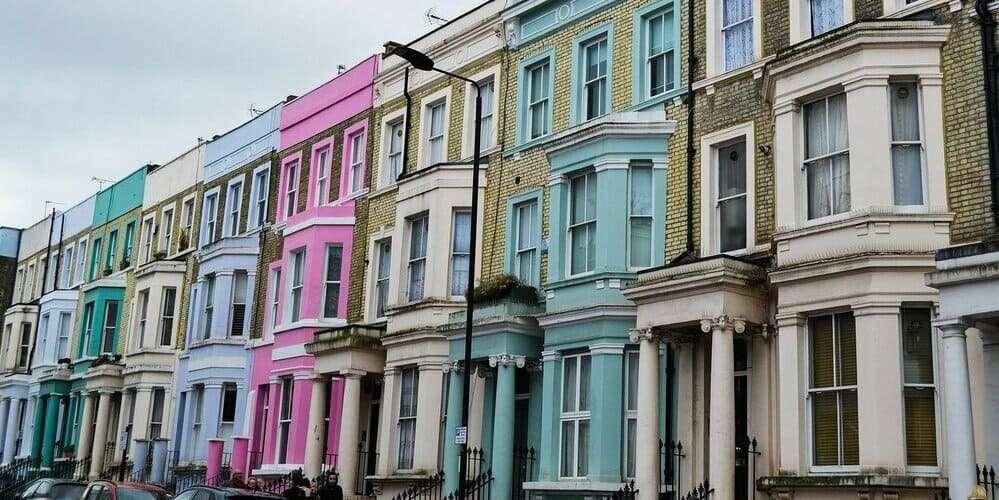 Las típicas casas de colores del barrio de Notting Hill de Londres