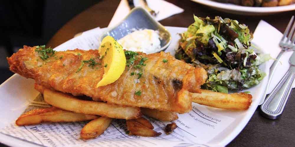 Una gran alternativa para comer barato en Londres es acudir a un Fish and Chips.