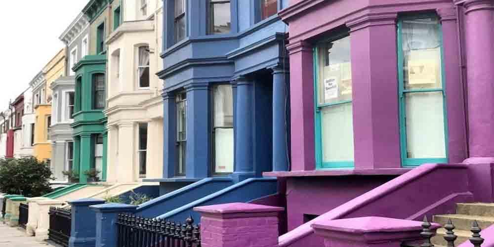 Las coloridas casas de Notting Hill, una calle emblemática donde alojarse en Londres.