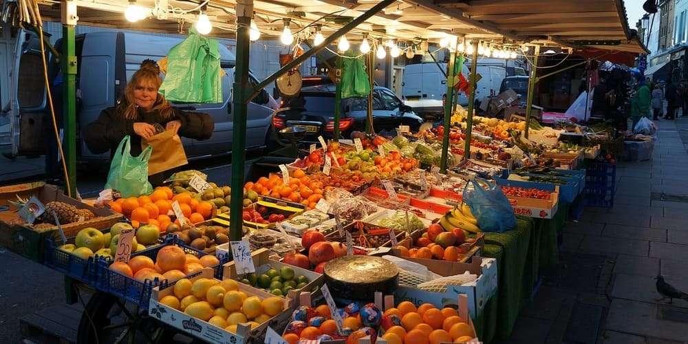 Puesto de frutas y verduras en Portobello Market en Londres