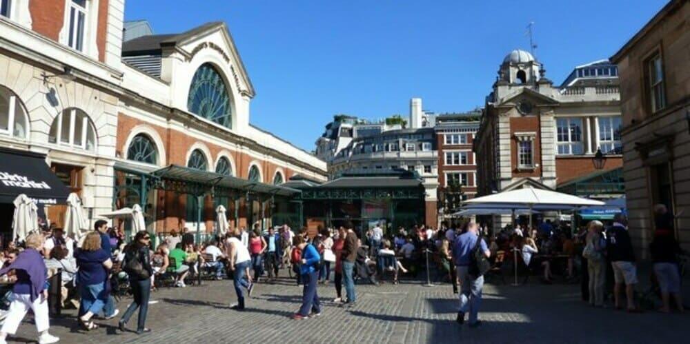 Gente reunida en la Piazza del barrio de Covent Garden
