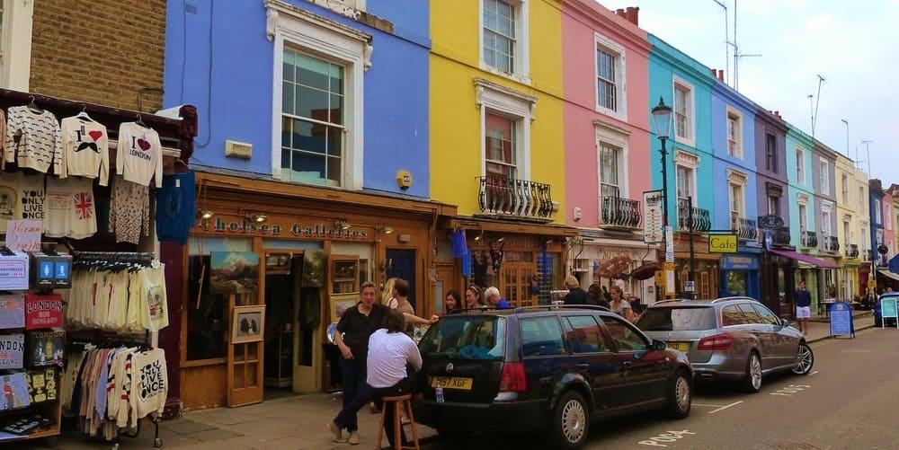 Coloridas fachadas de algunos edificios de Portobello Market y uno de sus muchos puestos.