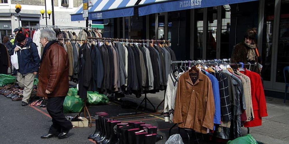 Puesto de ropa vintage en Portobello Market.