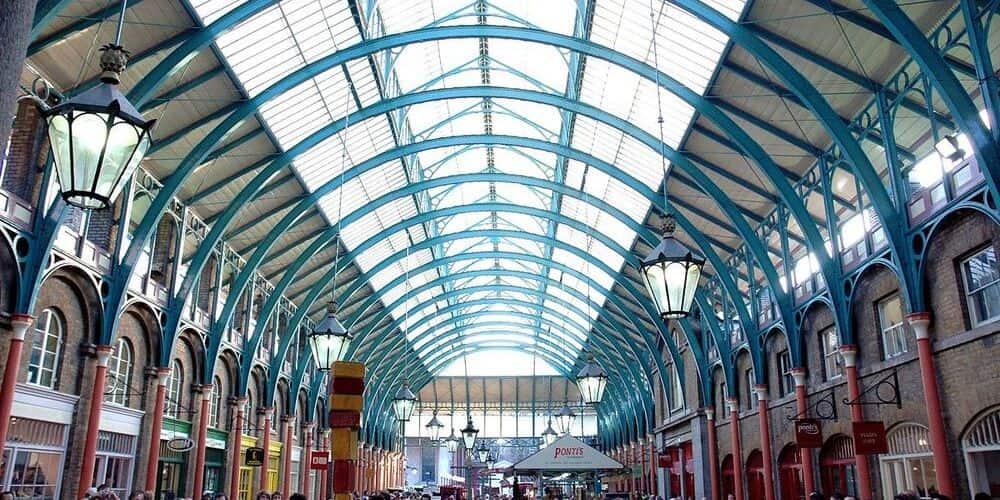 Interior del mercado de covent garden característico por su techo abovedado de crital