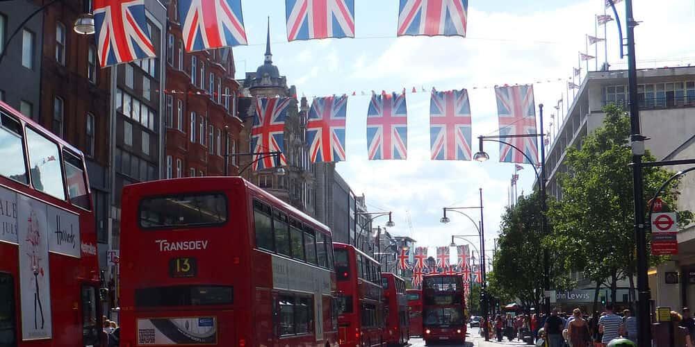 calle de oxford street decorados con banderines con la bandera nacional de inglaterra