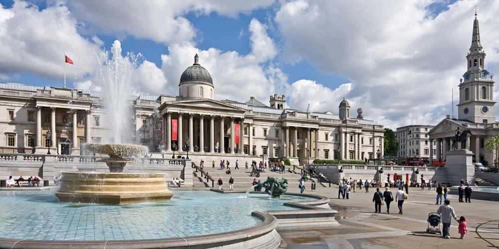 plaza de trafalgar square, se pueden ver su fuente y la entrada a la national gallery