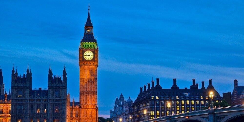 """Imagen panorámica del monumento de Londres """"Big Ben"""" iluminado por la noche"""
