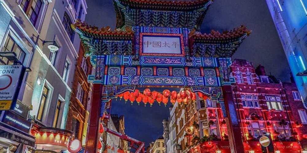 Puerta de Chinatown en el barrio del Soho de Londres