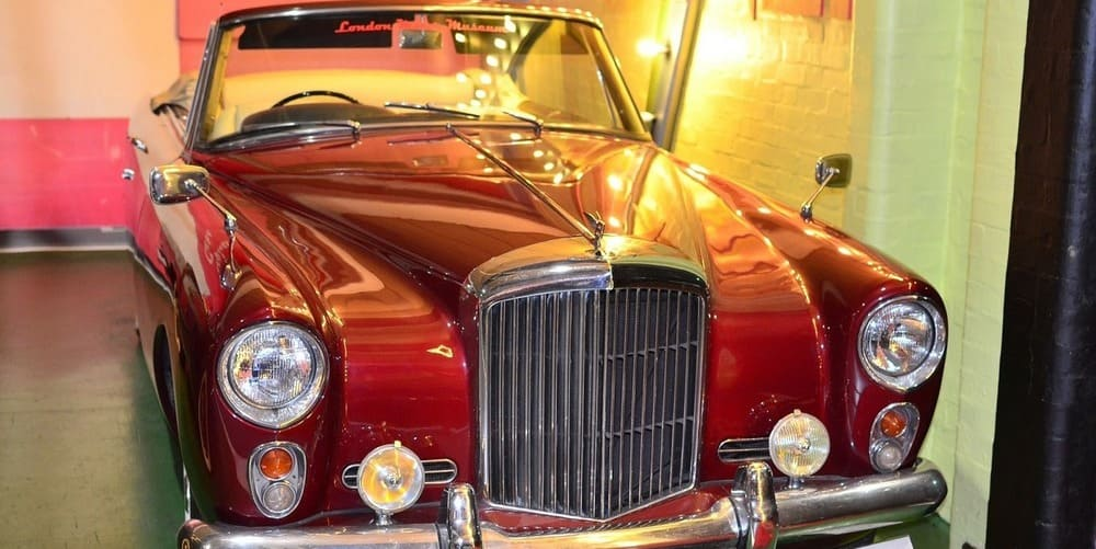 Coche clásico londinense en el Museo del Transporte de Londres