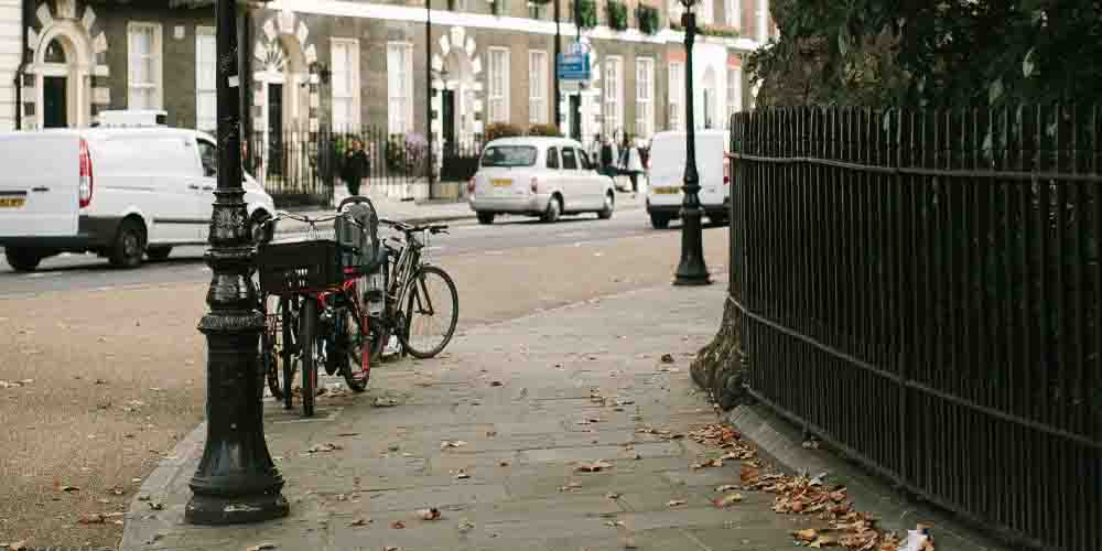 Una calle de Londres en la estación de otoño.