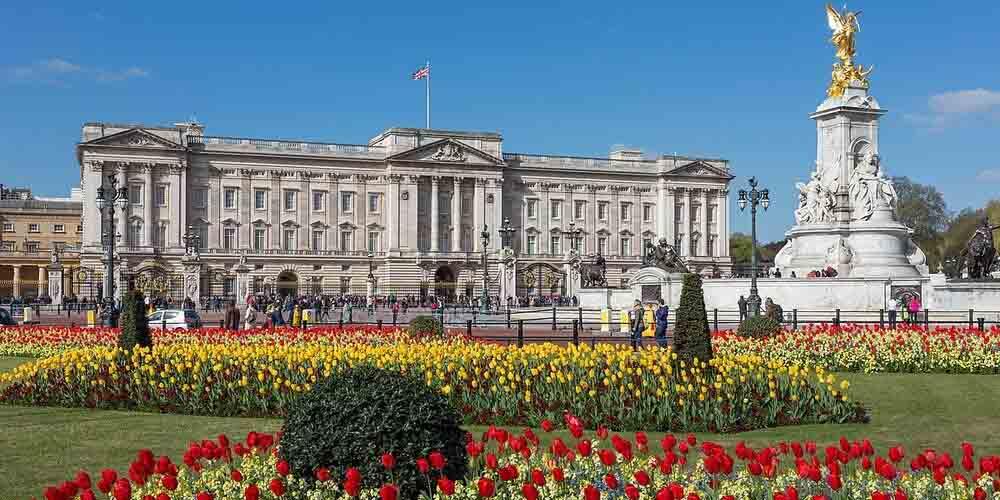 El Palacio de Buckingham con sus jardines florecidos