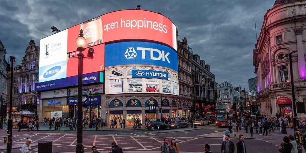 Las famosas pantallas de neón del Piccadilly Circus.