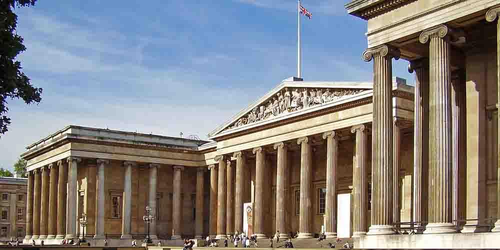 Fachada del Museo Británico de Londres con sus características columnas que recuerdan al Partenón.