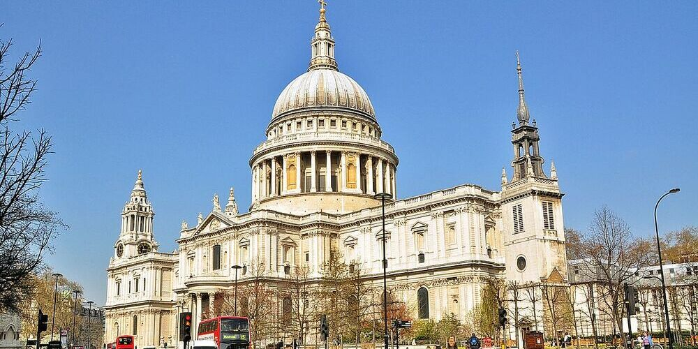 Imagen en la que podemos ver el edificio completo y la cúpula de la Catedral de San Pablo de Londres.