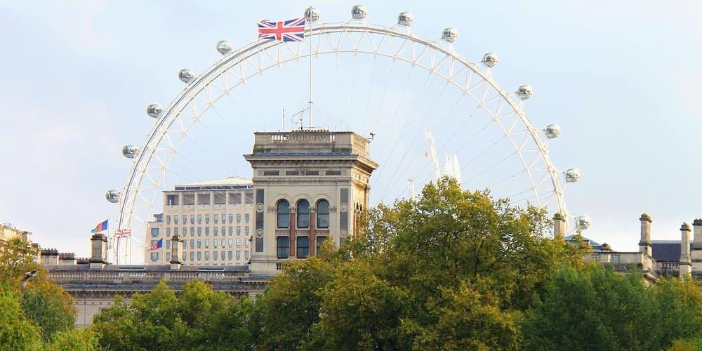 Vista del London Eye y del Buckingham Palace desde el puente de St James's Park
