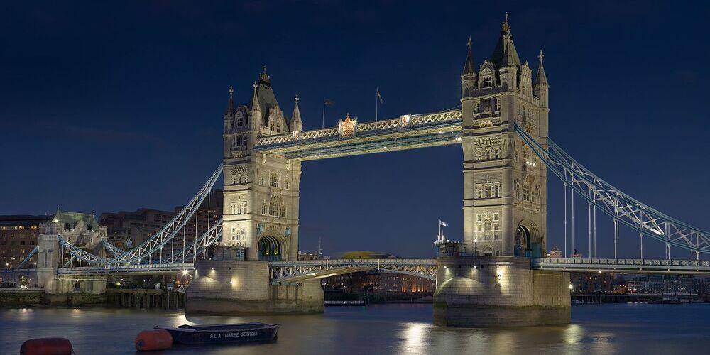 El Puente de la Torre de Londres iluminado de noche.